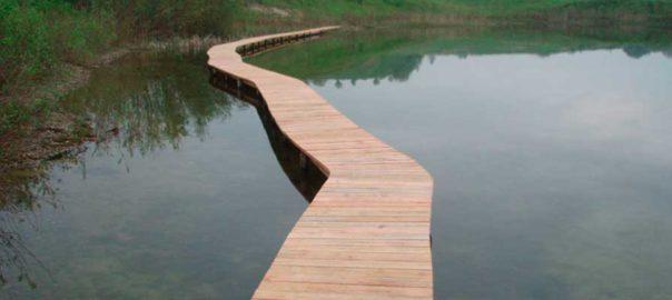 Træbro over sø fra Nordjysk Hegn og Sikring